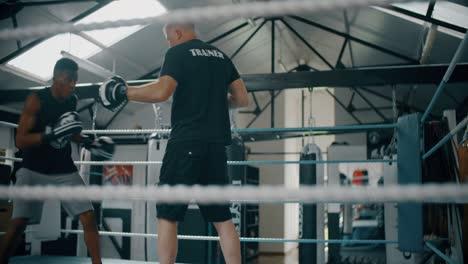 Joven-boxeador-entrenando-con-el-entrenador-2