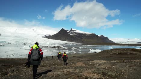 Walking-Group-in-Iceland