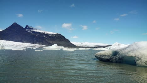 Icebergs-in-an-Icelandic-Lagoon