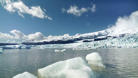 Icebergs-in-an-Icelandic-Lake