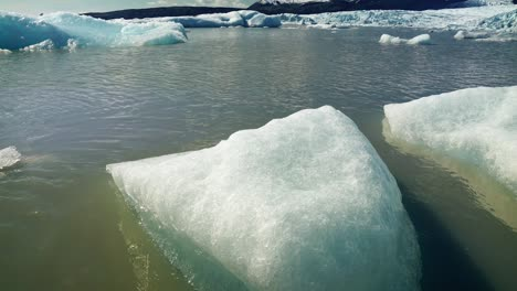 Close-Up-of-Icebergs-in-an-Icy-Lake