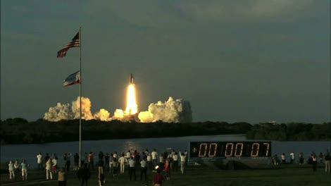 Space-Shuttle-Launch-with-Spectators