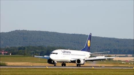 Lufthansa-Boeing-737-Landing