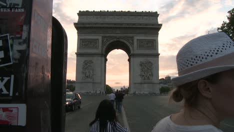 Tourist-at-Arc-de-Triomphe