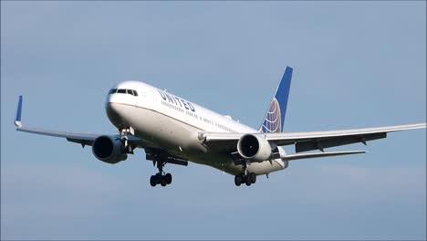 UA-Boeing-767-Landing
