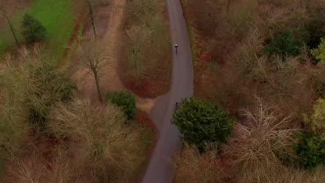 Vista-aérea-de-ciclistas-en-el-parque