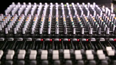 Mixing-Desk-Pull-Focus