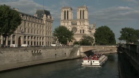 Notre-Dame-and-Bateau-Mouche