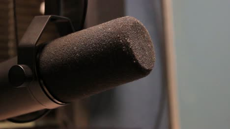 Radio-Broadcasting:-Mic-(Rack-Focus)