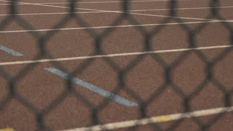 Pista-de-atletismo-a-través-de-la-valla