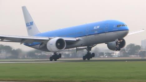 KL-Aircraft-Landing