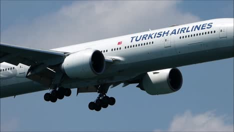 Turkish-Airlines-Boeing-777-Landing