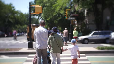 Familia-cruzando-la-calle-en-Brooklyn