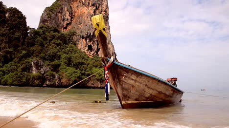 Longtail-Boat-Swaying-in-the-Sea