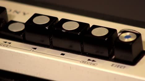 Vintage-Radio-Pushing-Buttons