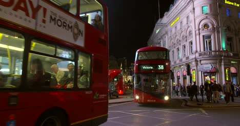 Busy-Traffic-in-Piccadilly-Circus-at-Night