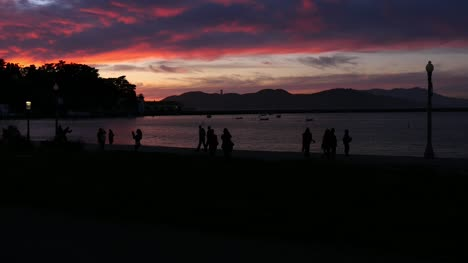 Silhouetted-Tourists-Under-Sunset-in-San-Francisco