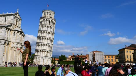 Tourists-Posing-In-front-of-Leaning-Tower-of-Pisa