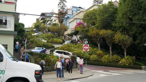 Tourists-at-Lombard-Street-San-Francisco