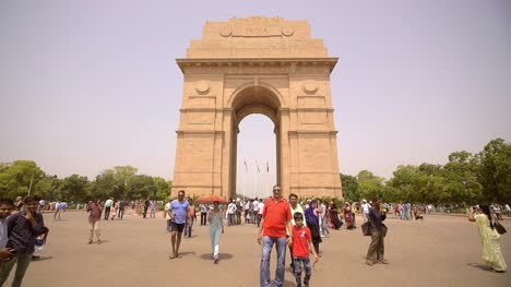 Tourists-at-India-Gate