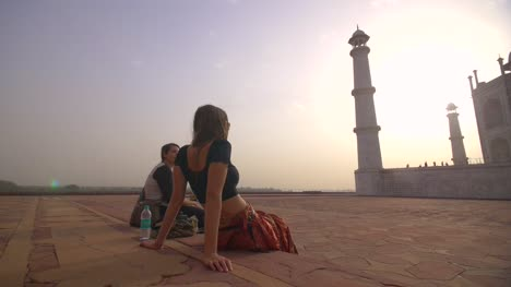 Panning-Around-Girls-Looking-at-Taj-Mahal