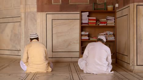 Two-Worshippers-in-Jama-Masjid