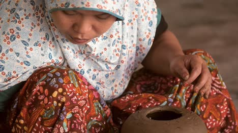 Close-Up-of-an-Indonesian-Potter