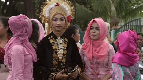 Women-at-an-Indonesian-Wedding-Procession