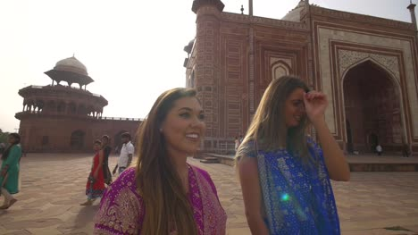 Orbiting-Shot-of-Two-Women-at-the-Taj-Mahal