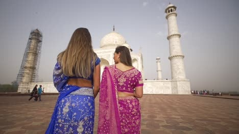 Panning-Shot-of-Two-Girls-at-the-Taj-Mahal