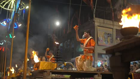 Ceremonious-Nighttime-Rituals-in-Varanasi