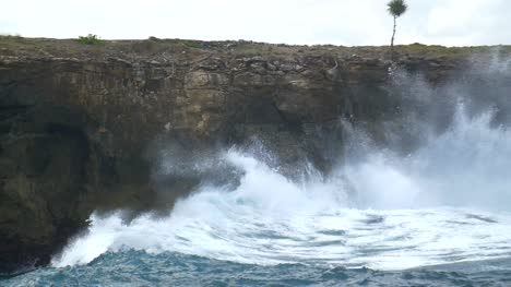 Large-Wave-Hitting-Coastline-in-Bali