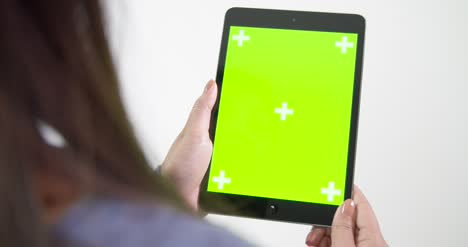 Lady-Lifting-Chroma-Screen-Tablet