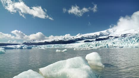 Icebergs-in-an-Icelandic-Lake