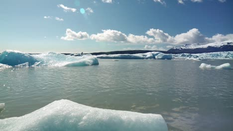 Icebergs-in-a-Glacier-Lake