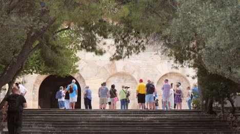 Tourists-Gathered-in-Athens