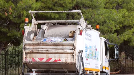 Rubbish-Truck-Crushing-Rubbish