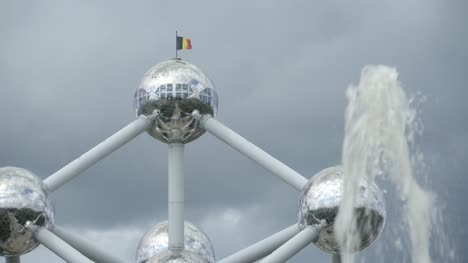 Fountain-in-front-of-the-Atomium-in-Brussels