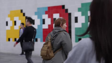 Blurry-Crowds-by-a-Mural