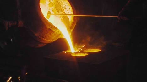 Pouring-Molten-Metal-into-Mould