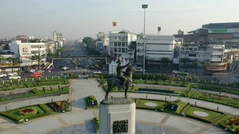 King-Taksin-Statue-at-Wonwian-Yai