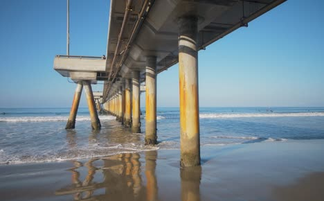 Pillars-of-Venice-Fishing-Pier-in-LA