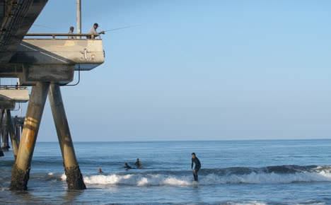 Surfers-by-Venice-Fishing-Pier