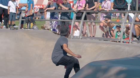 Man-Skating-in-Venice-Beach-Skate-Park
