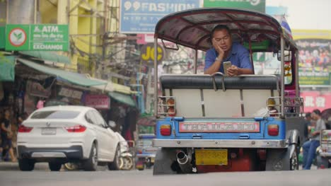 Tuk-Tuk-Driver-Using-Smartphone