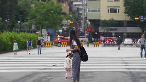 Mother-And-Daughter-Playing-Taiwan-01