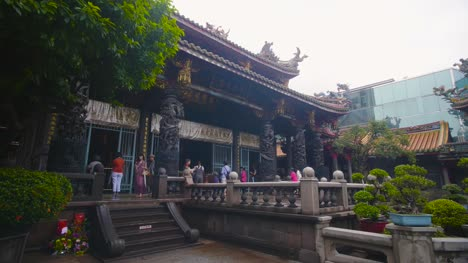 Lungshan-Temple-Courtyard-Reveal-Taipei-01