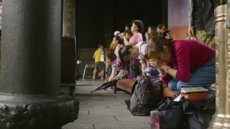 Worshipping-At-Lungshan-Temple-Taipei-01