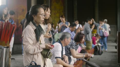 Worshipping-At-Lungshan-Temple-Taipei-02