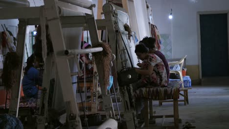 Women-Making-Carpets-on-Looms